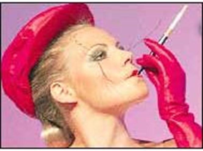 Kadınlar da kendini sigaraya vuruyor